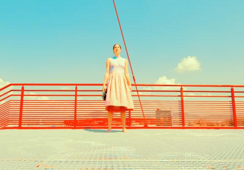 Colori sgargianti e atmosfere cinematografiche, le ghost town di Andrea Koporova