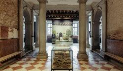 Alla Fondazione Prada, una mostra dedicata all'esilio, al rifugio e…