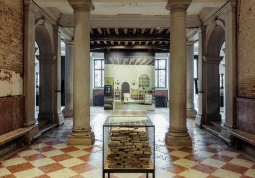 Alla Fondazione Prada, una mostra dedicata all'esilio, al rifugio e alla riflessione