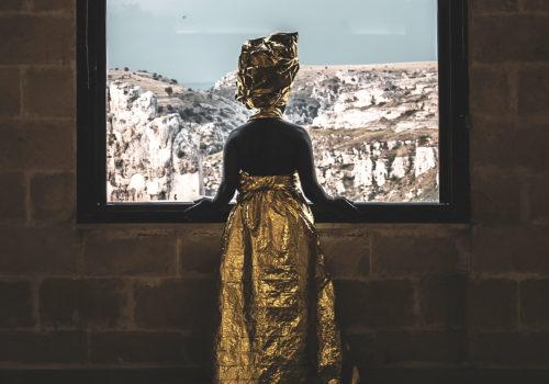 Cultura e accoglienza, a Matera sfilano i vestiti dorati della Silent Academy