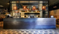 Scelta urban per il design dell'hamburgeria Sciuè, il panino vesuviano