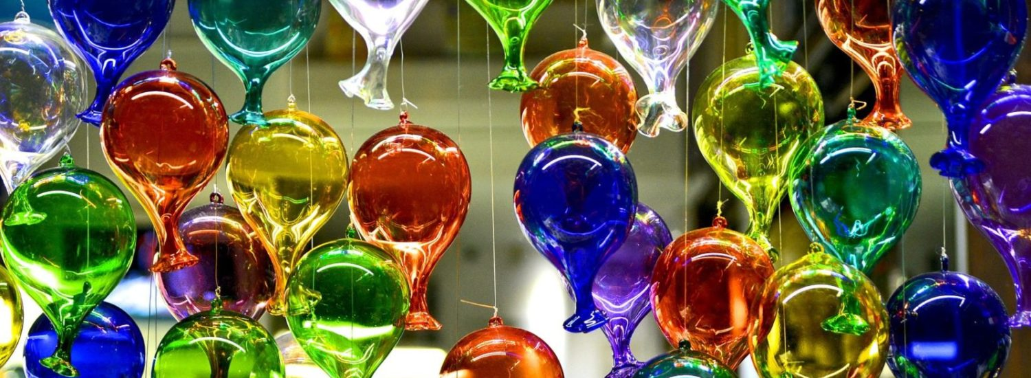 Glass in Venice: stories and protagonists, from the backstage to the workshops to the designer extra