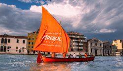 Aperol total orange a Venezia, e Milano apre il bar…
