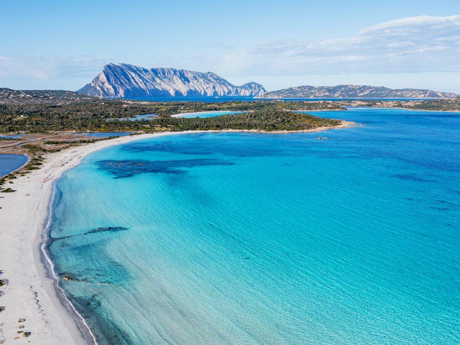 Camera con vista Tavolara, il Baglioni è sbarcato in Sardegna